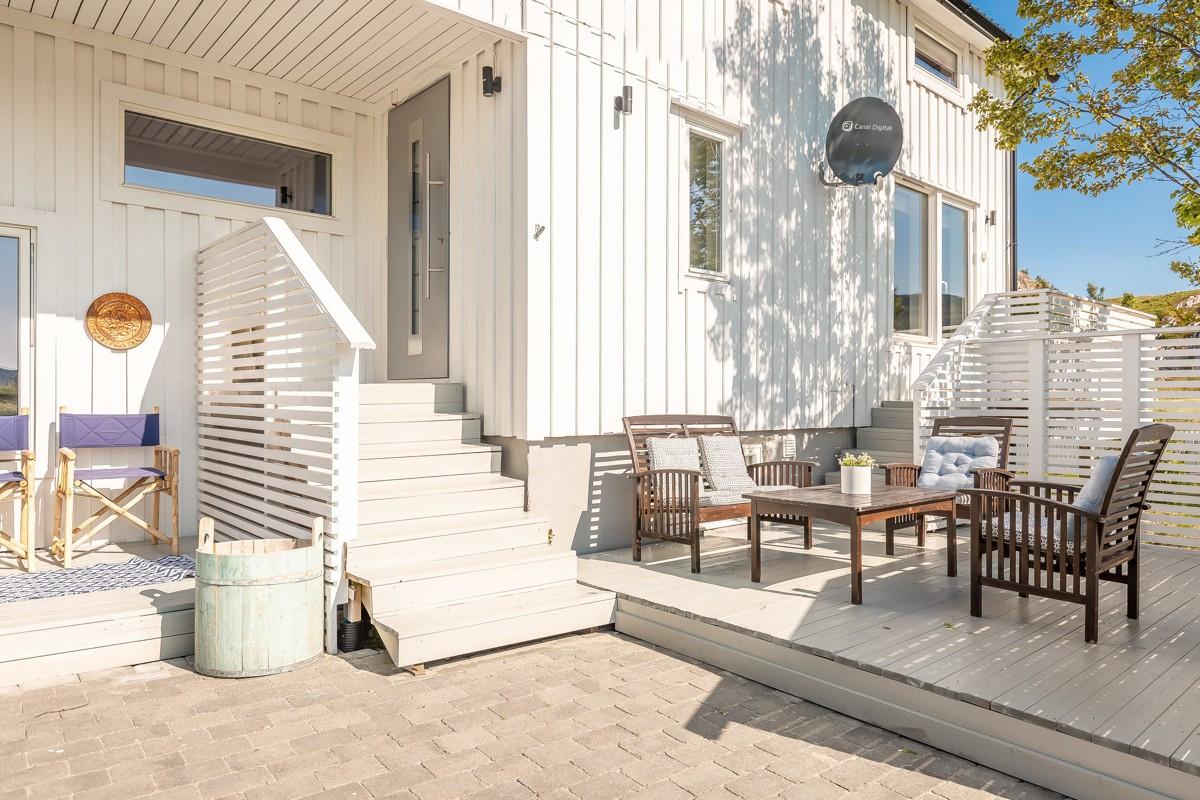 Veldig fint inngangsparti hvor man kan nyte sola på boligens terrasser