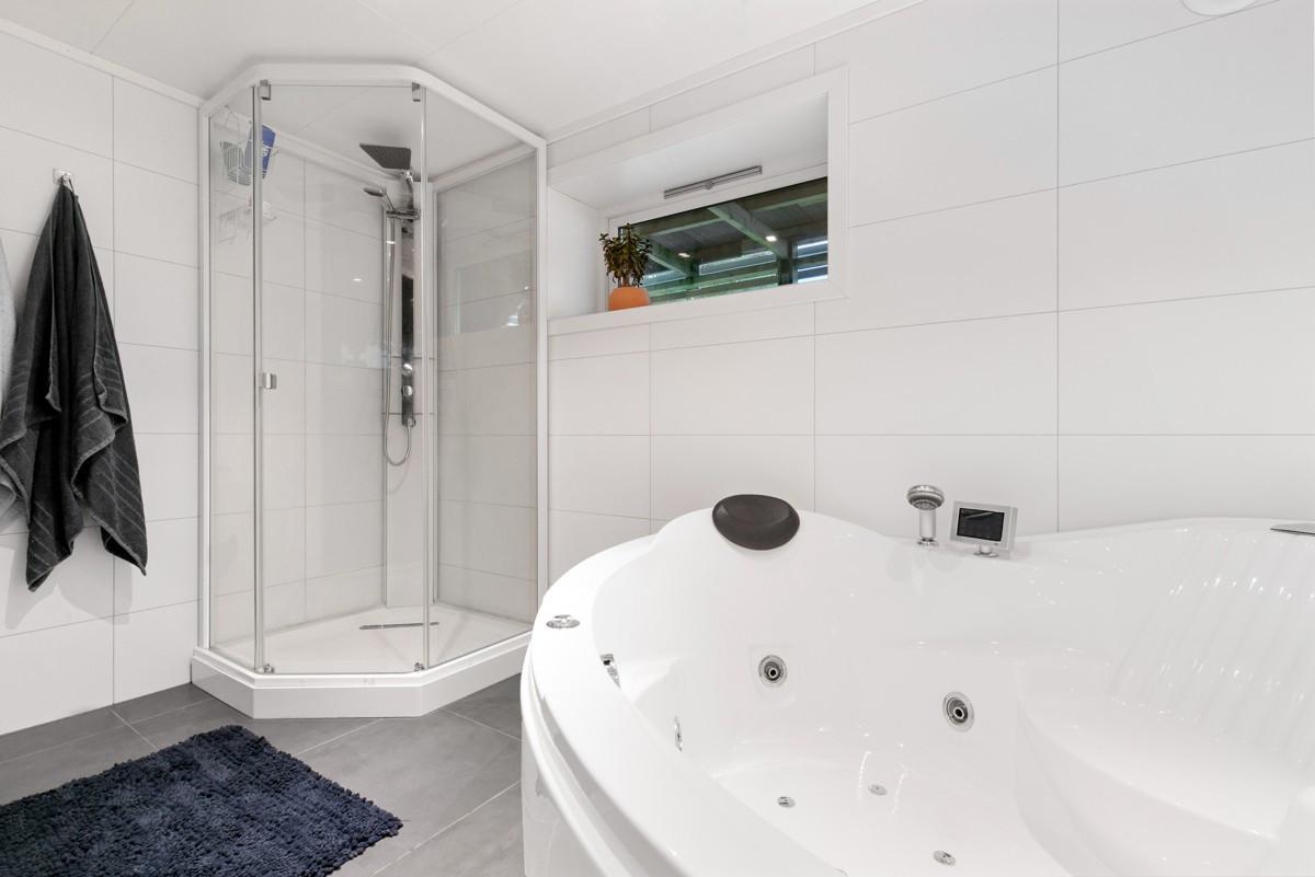 Bad i kjeller er innredet med wc, dusjkabinett og boblebad. Bad er fra 2013