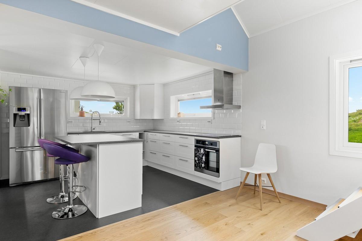 Kjøkkenet er innredet med integrert koketopp, stekeovn og oppvaskmaskin, samt kjøkkenøy som bidrar til ekstra benk- og sitteplass. Kjøkken er fra 2013