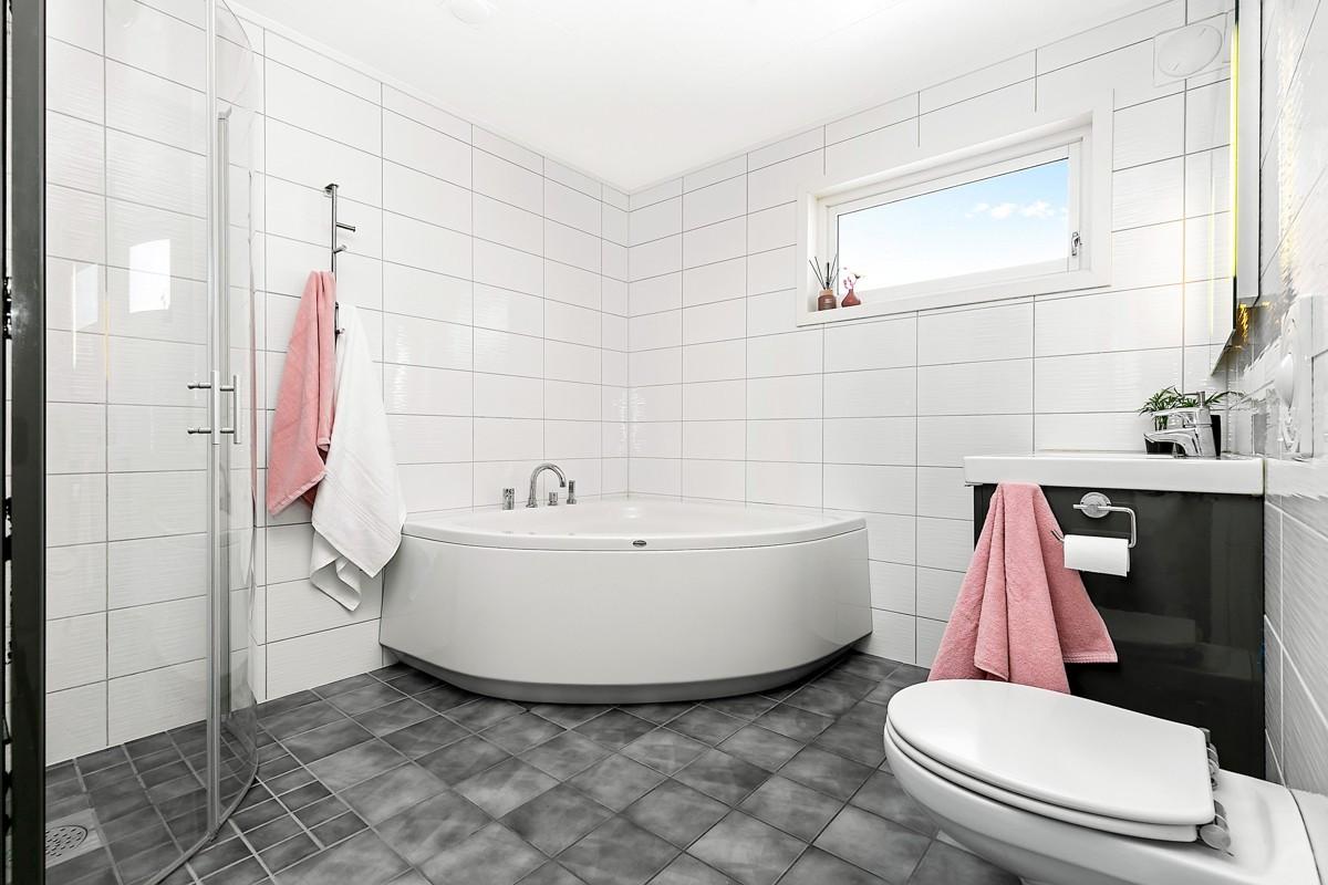 Baderom med dusj og badekar