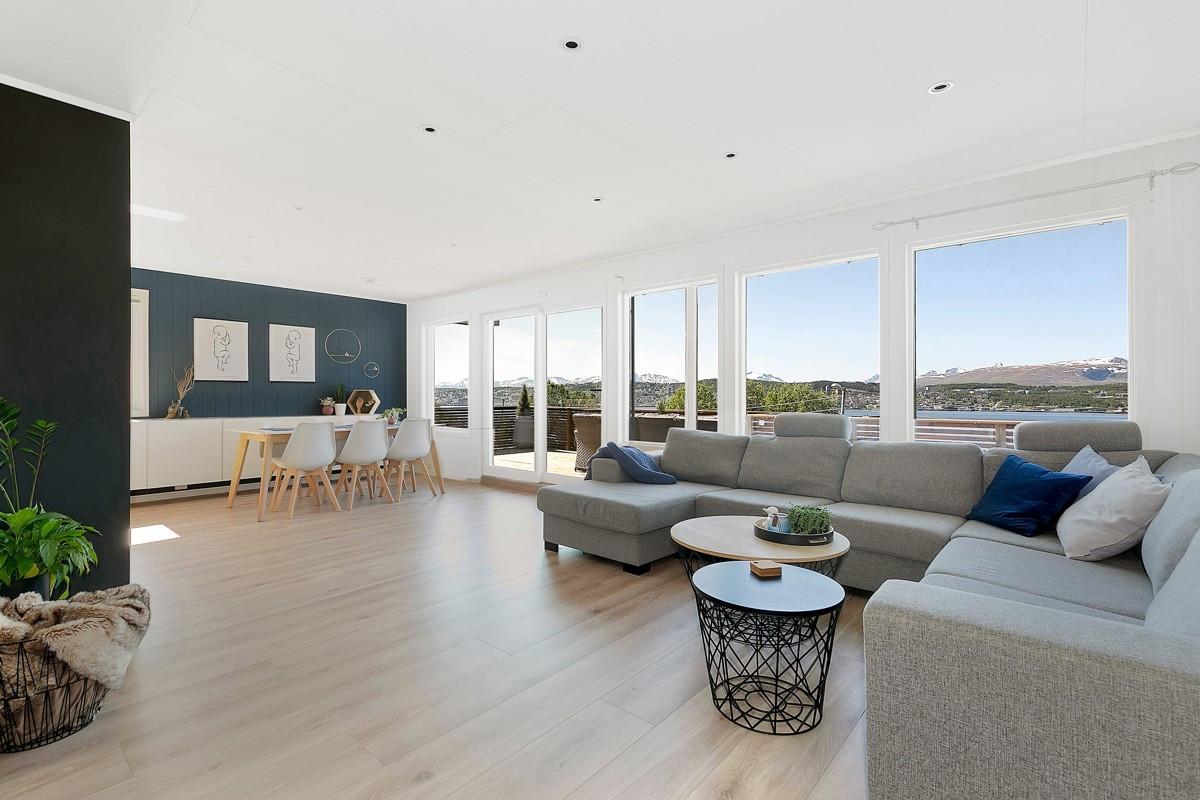 Nydelig utsikt fra stue og spisestue - store vindusflater og spotter i tak