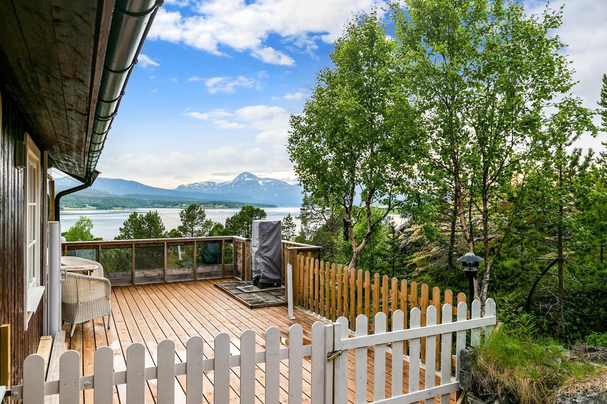 Utgang fra stue til stor terrasse med veldig gode lys- og solforhold