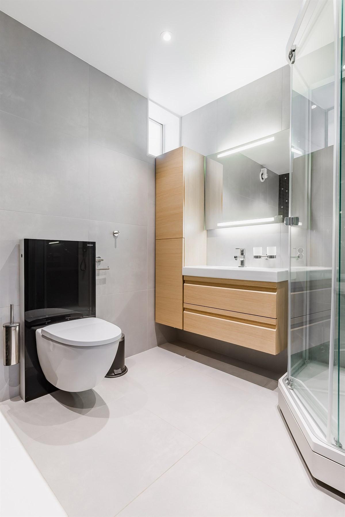 Vegghengt wc, dusjkabinett, servant og godt med skapplass