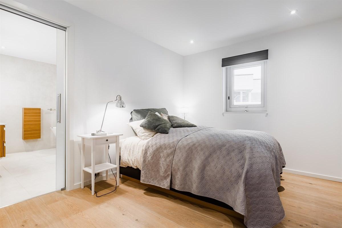 Master bedroom! Med eget bad og walk-in garderobe!