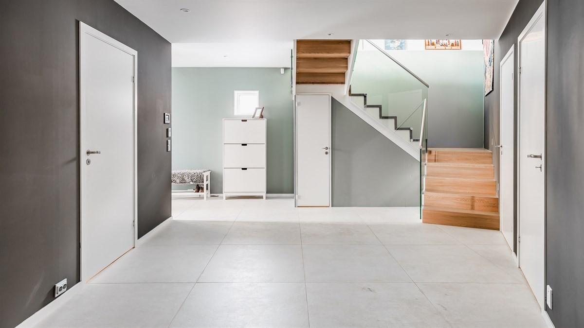 Stort areal og bod under trapp