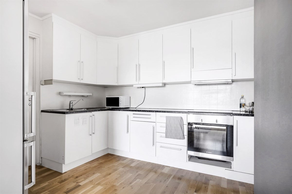 Kjøkken med integrert stekeovn og koketopp
