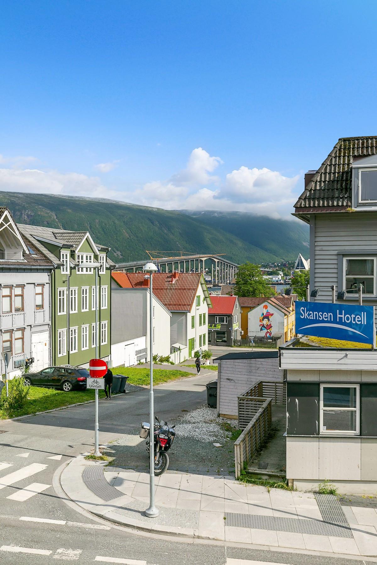 Utsikt mot Storgata, Tromsøbrua og Ishavskatedralen