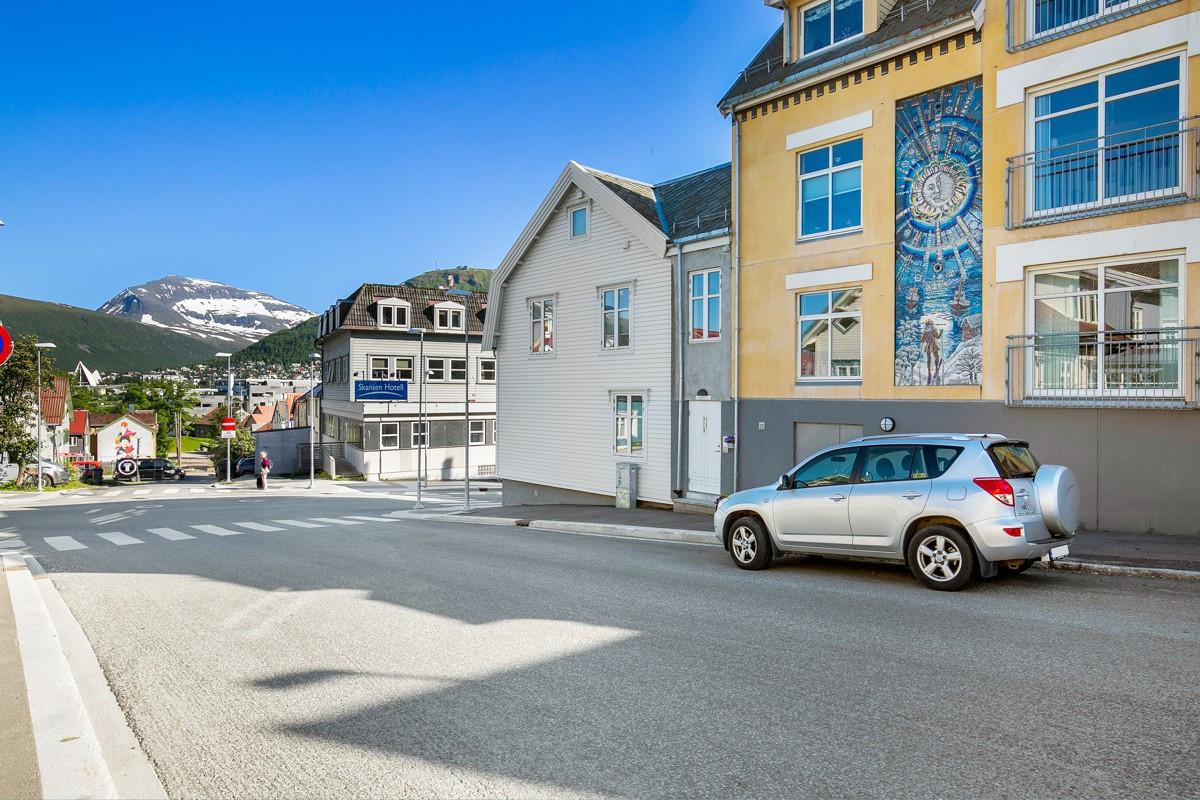 Marit Bockelie`s veggkunst av mosaikk pryder fasaden og inngangspartiet i Norde Tollbodgate