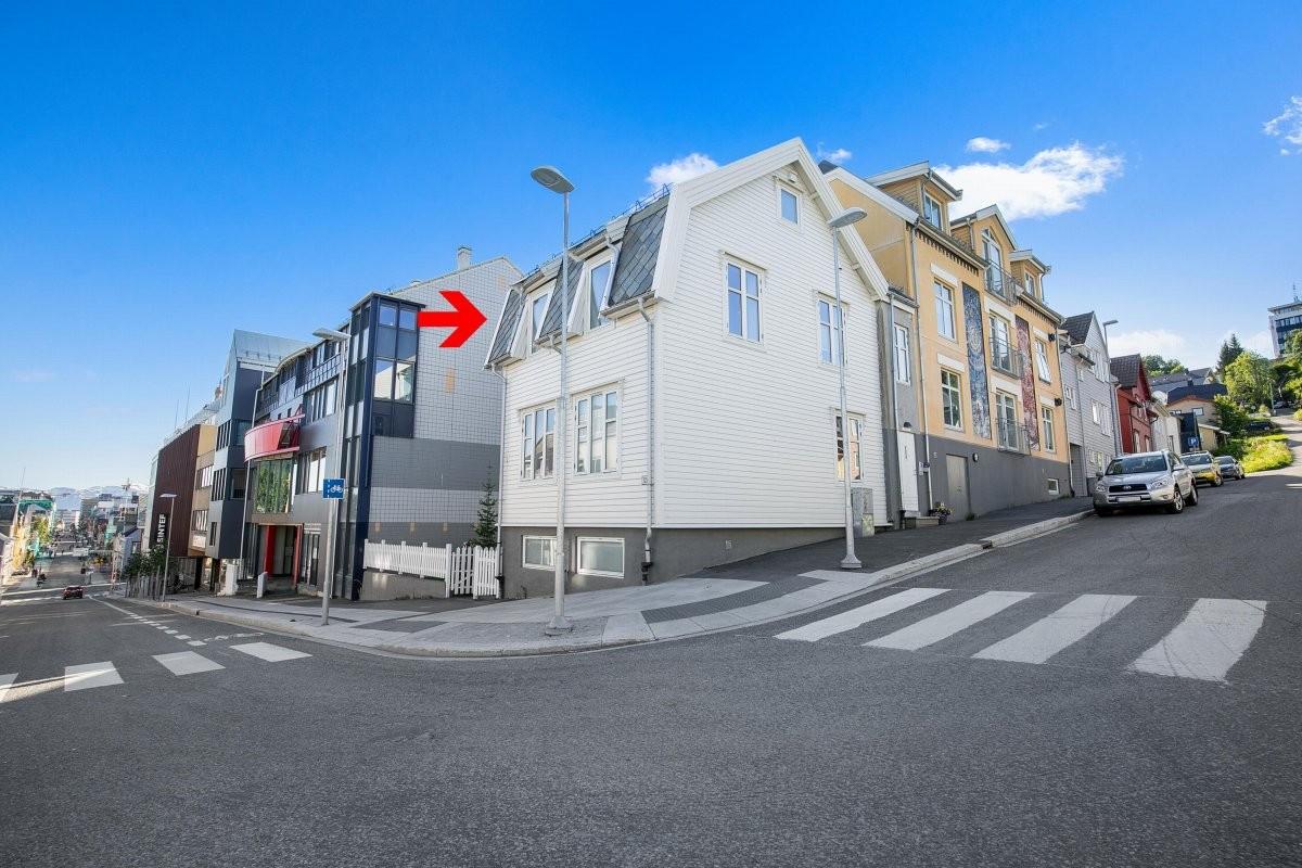 Boligen ligger på hjørnet av Storgata/Nordre Tollbod gate i 2. etasje