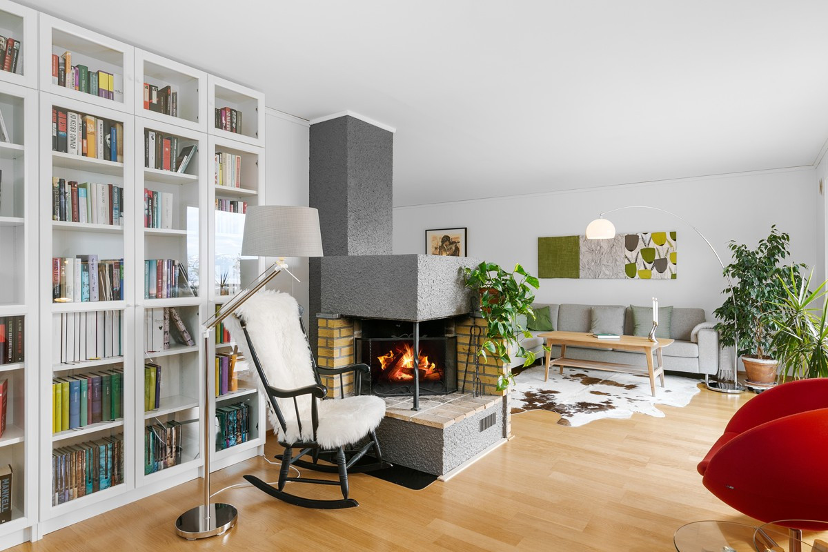 Koselig stue med peis og mye naturlig lys