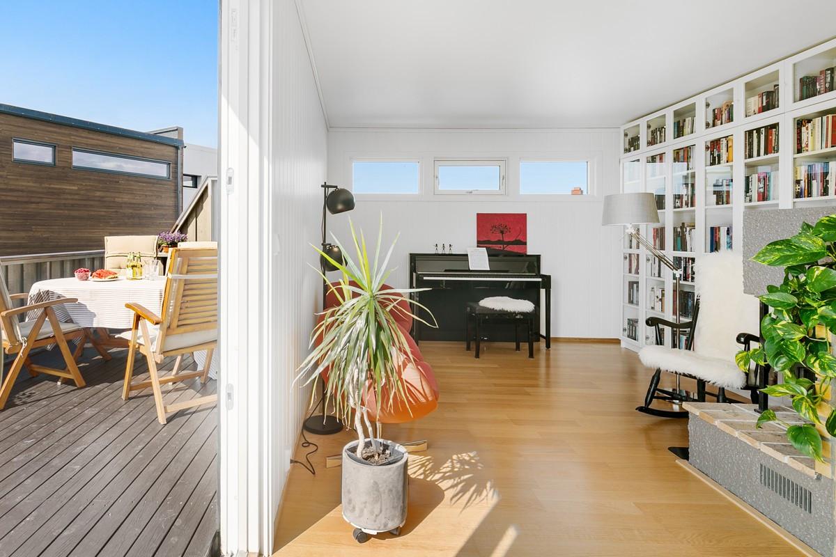 Stuen er lys og innbydende med utgang til veranda mot sørvest som har gode sol- og lysforhold