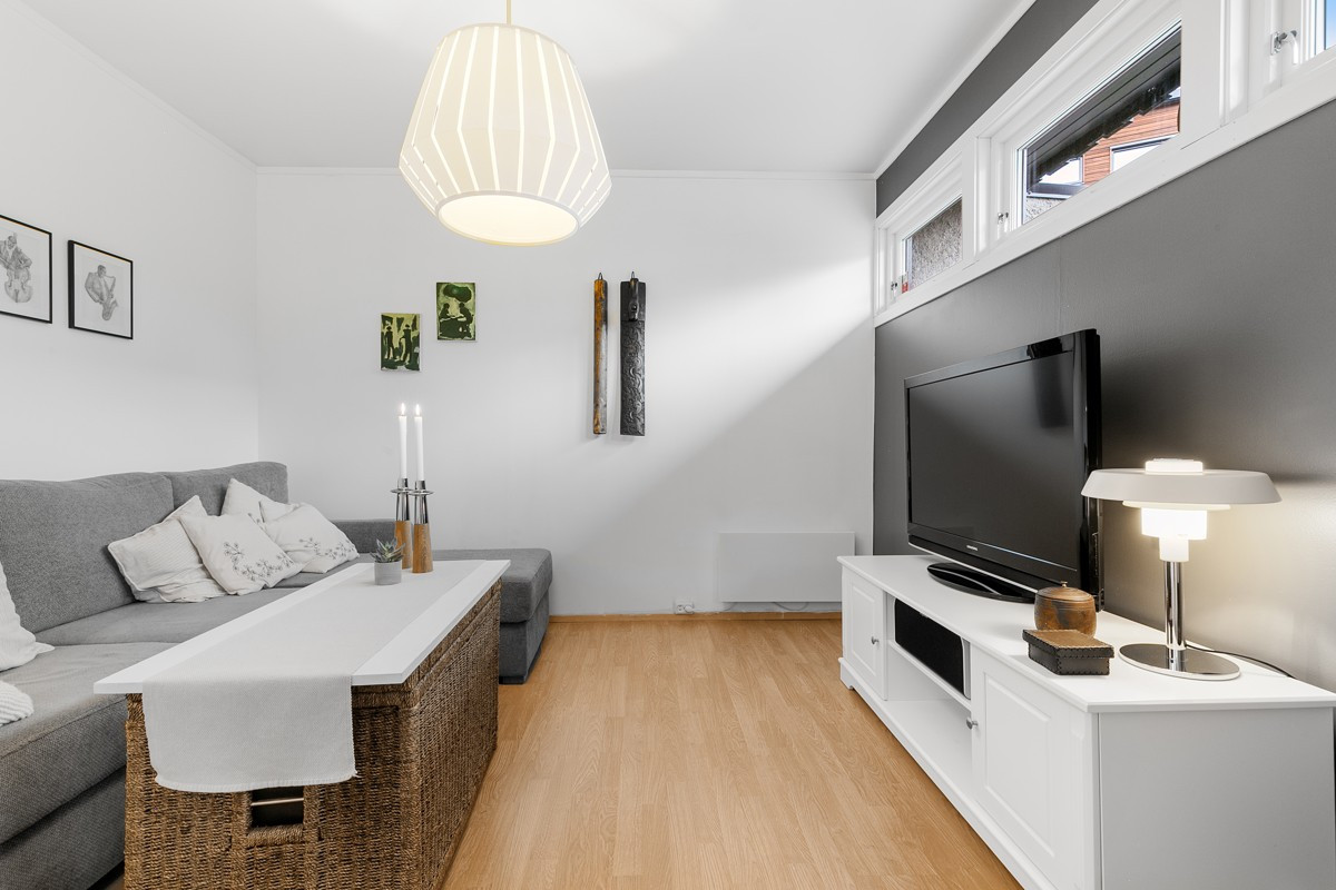 Praktisk og lun TV-stue på 1. plan