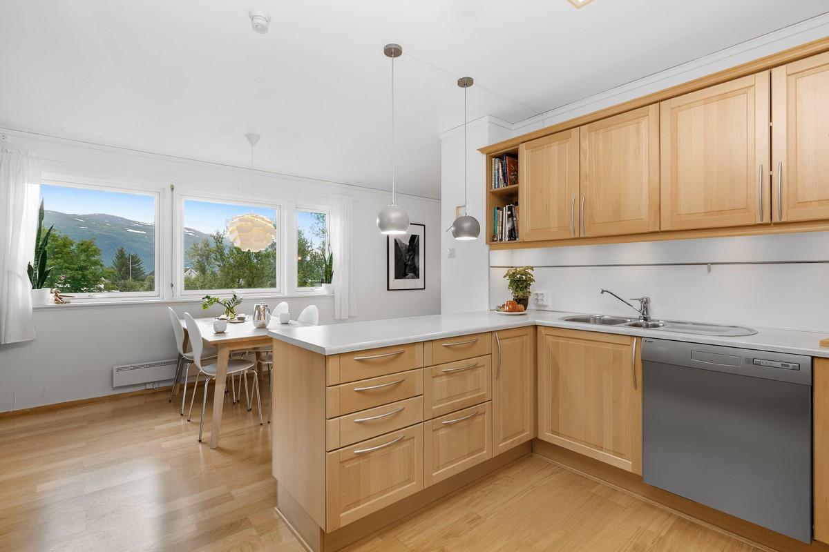 Åpen kjøkkenløsning, store vinduer med flott utsikt mot Fløya og Balsfjord