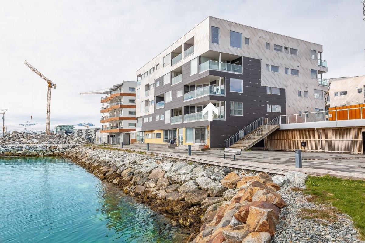 Sentrumsnær 3-roms selveierleilighet med god og åpen planløsning. Unik beliggenhet med fantastisk utsikt rett i Tromsøysundet!