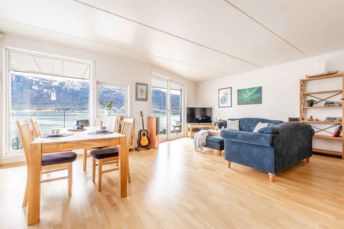 Stue og kjøkken er lyst innredet og har parkett på gulv