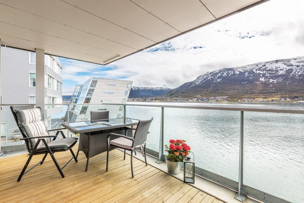 Terrassen er overbygget slik at man unngår store snømengder på vinteren - her sett mot øst