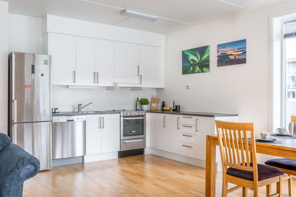 Kjøkken med hvite fronter og takhøye skap