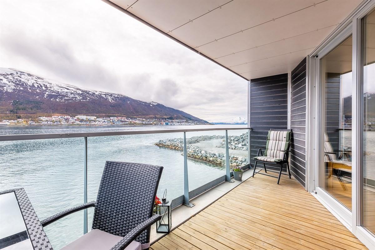 Fra stue er det utgang til terrasse med fantastisk utsikt over Tromsøysundet og fastlandet - her sett mot sør