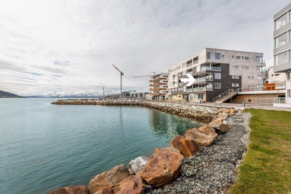 Leiligheten har veldig god beliggenhet med kort vei til bussholdeplass, butikk og bare 1 km til Tromsø sentrum med alle sentrums fasiliteter