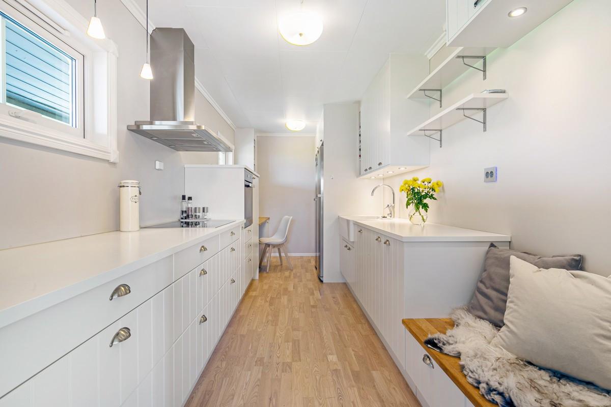 Kjøkkenet er montert nytt i 2015 og har rikelig med skap- og benkeplass