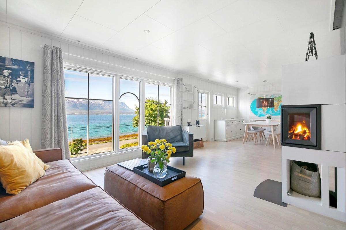 Pen stue med store vinduer ned mot sjøen