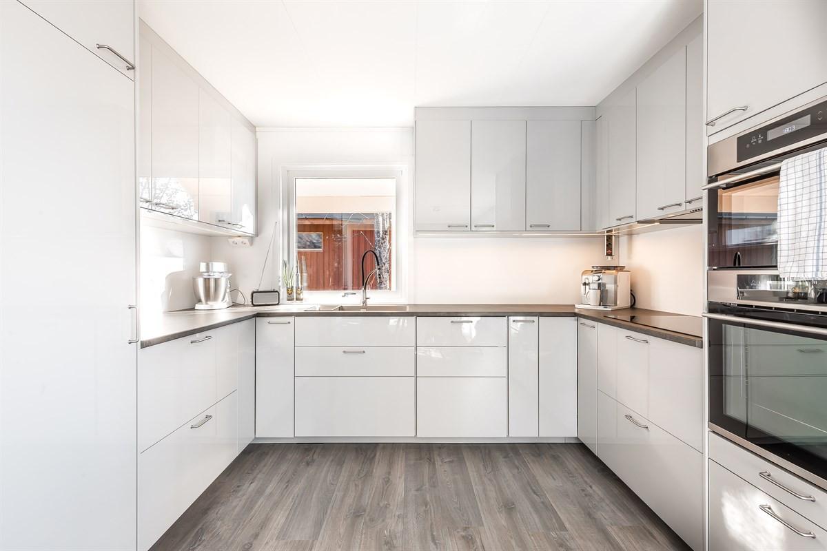 Moderne kjøkken med godt med skap- og skuffeplass