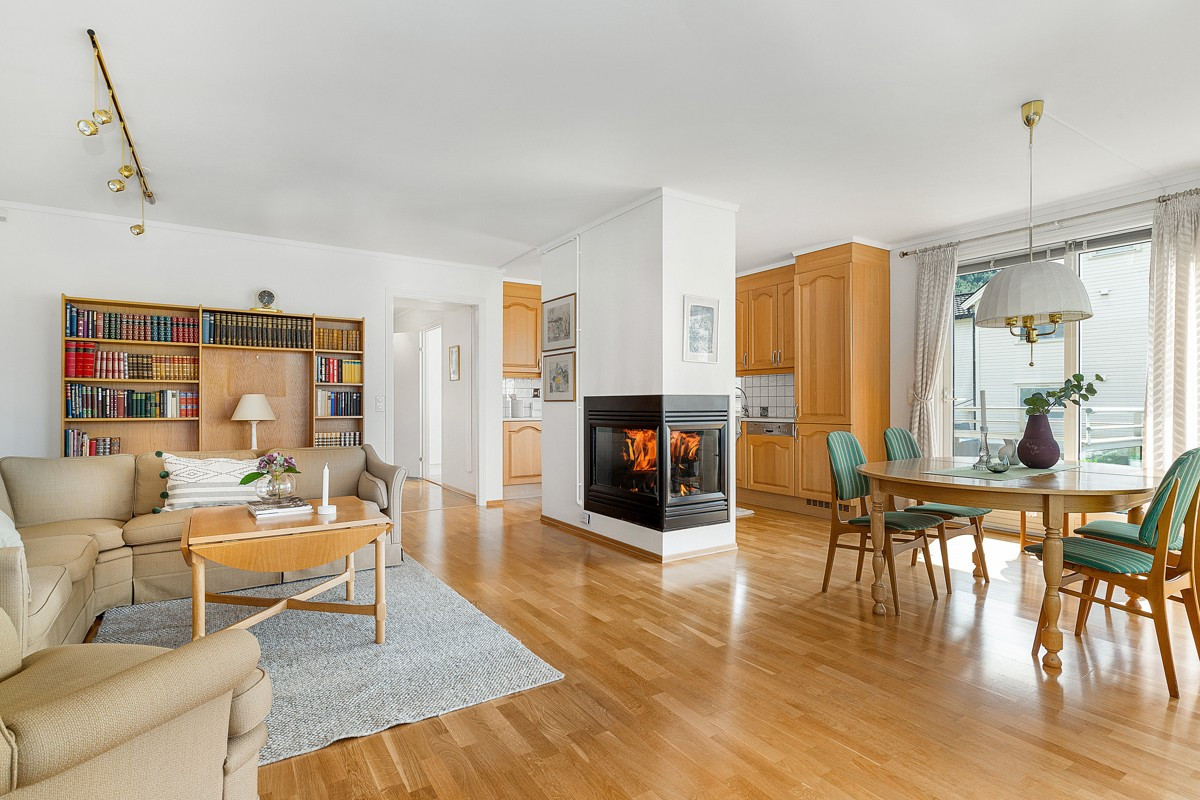 Lys og luftig stue med parkett og gasspeis - Spisestue og kjøkken i tilknytning
