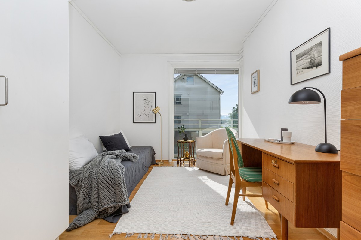 Soverom 2 med utgang til balkong og rikelig med lysinnslipp fra takhøyt vindushjørne