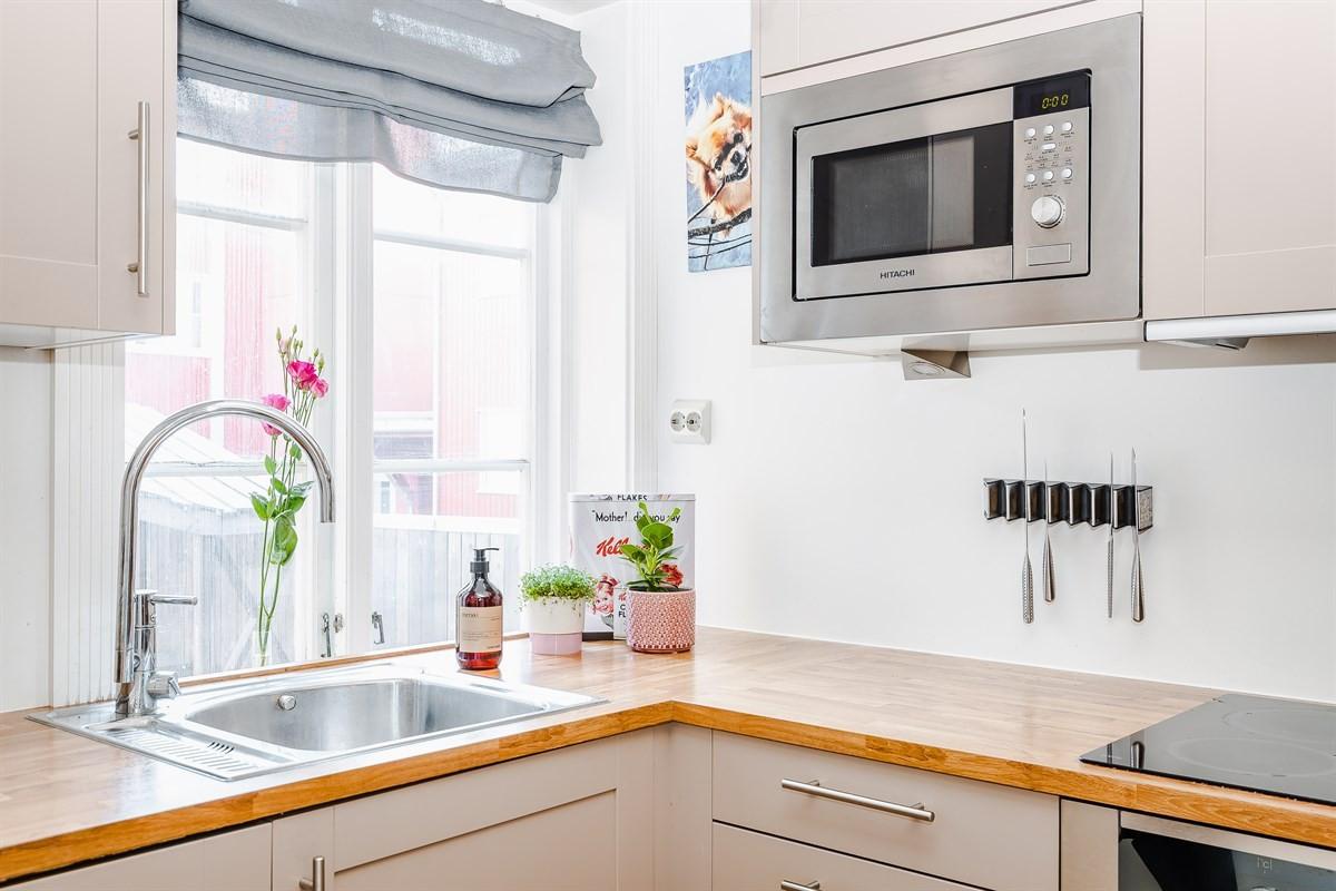 Praktisk vindu på kjøkken som sørger for gode lysforhold