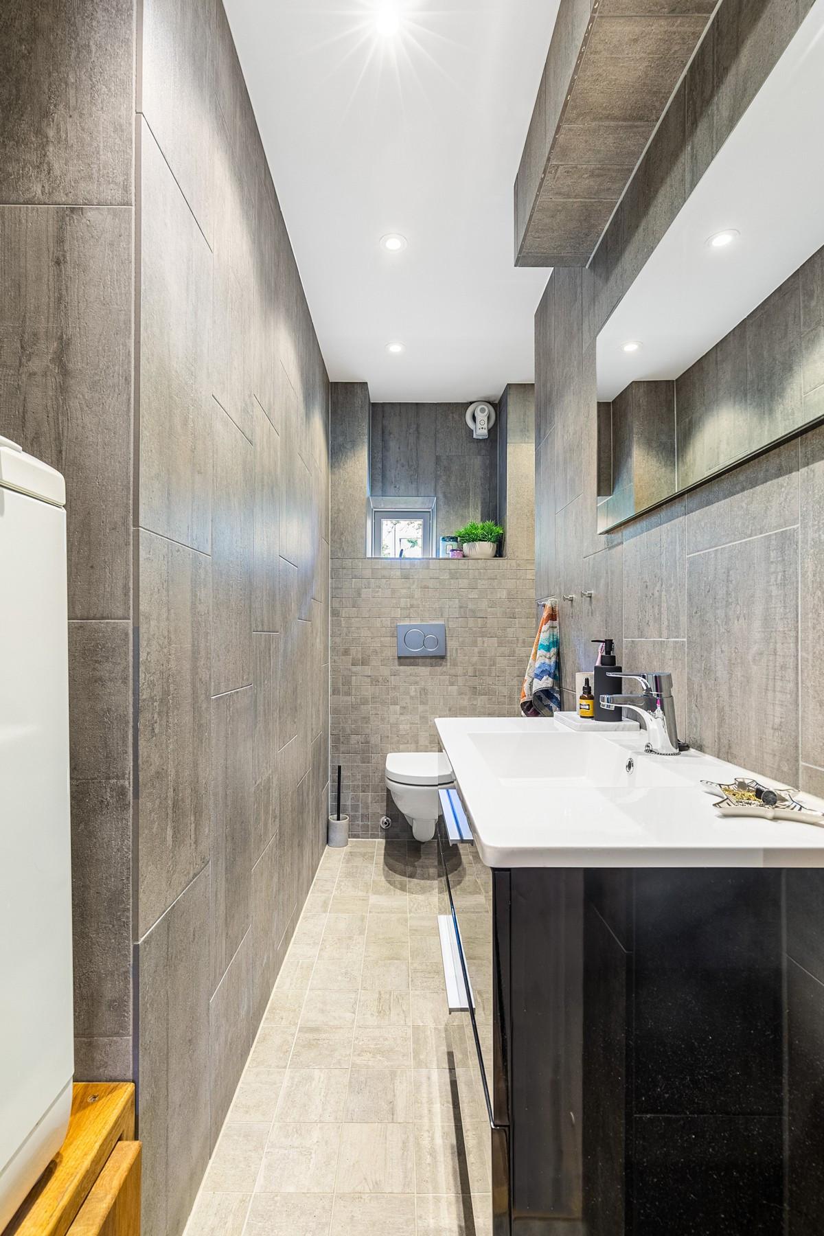 Bad er komplett flislagt med gulvvarme, og innredet med wc, dusjnisje, servant med skap og speil, samt opplegg for vaskemaskin