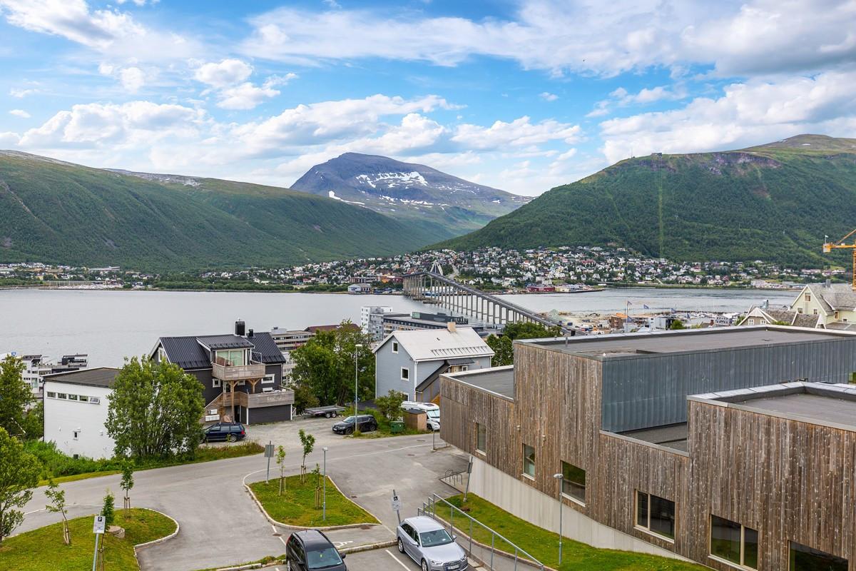 Meget flott utsikt mot Tromsø sentrum nord, Tromsøysundet, Tromsdalen, Fløya og Tromsdalstinden