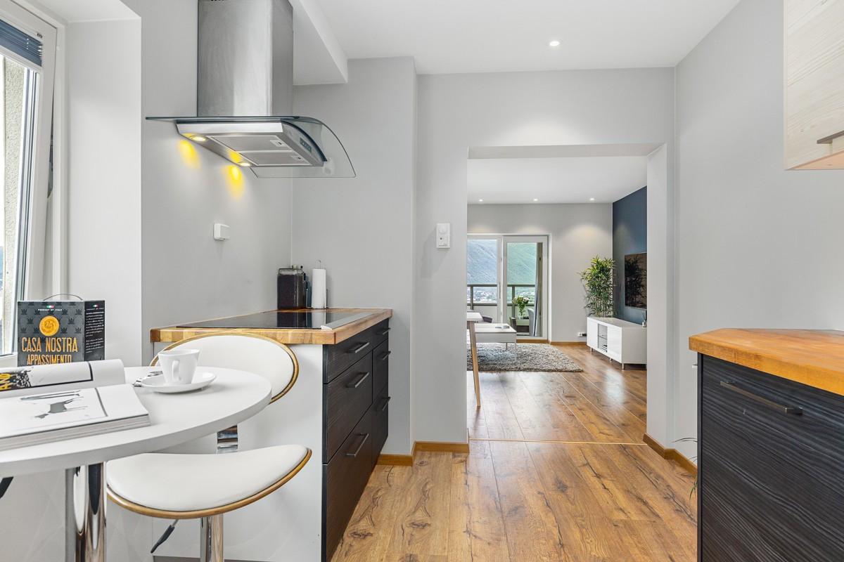 Lekkert kjøkken med spiseplass med utsikt