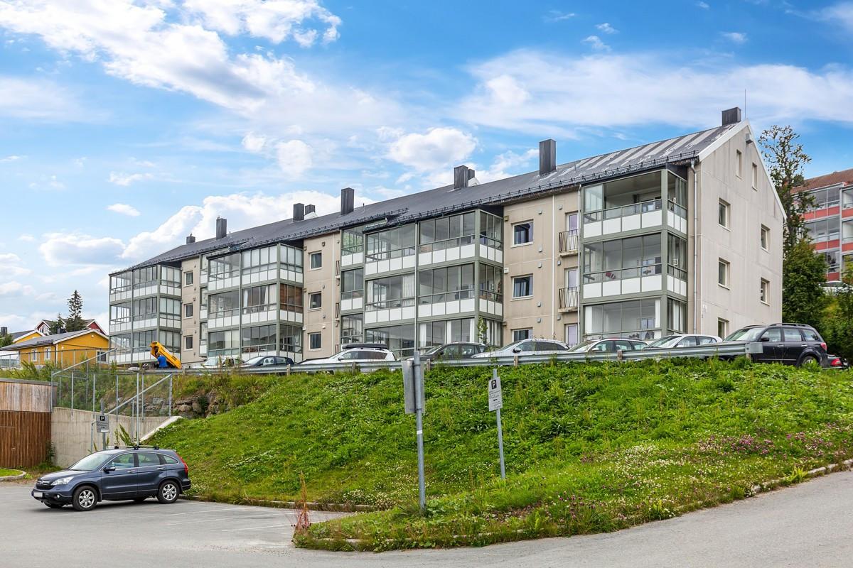 Fra bolig når du Tromsø sentrum på ca. 8 minutter, samt kort vei til gode bussforbindelser som tar deg til UiT/UNN på ca. 5 minutter