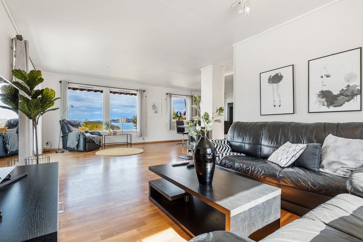 Stuen er lys og fin med store vinduer mot fjorden