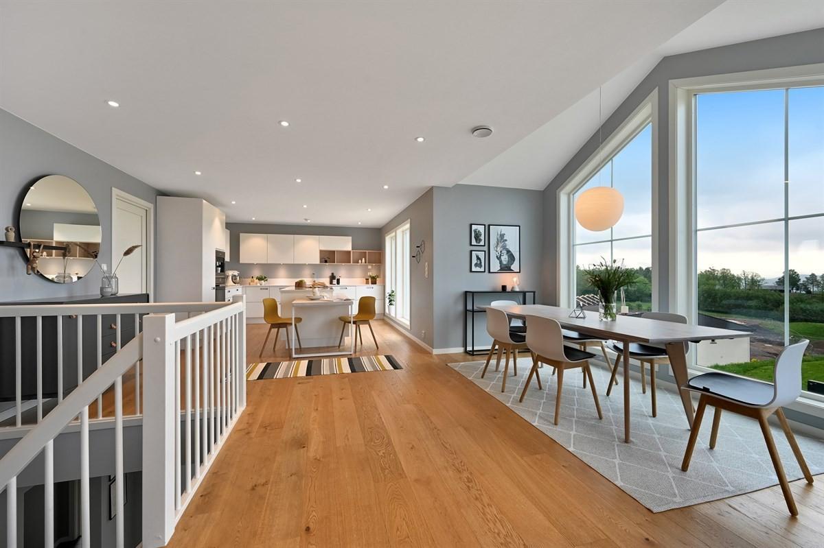 Det er valgt moderne, lyse og tidsriktige fargenyanser i boligen for å sikre optimal romfølelse.