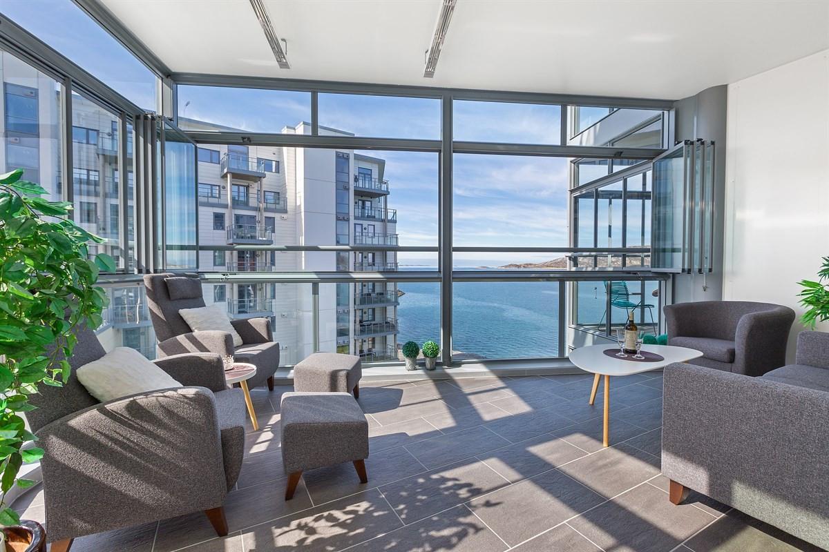 Innglasset balkong med flis på gulv