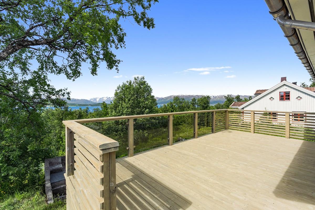 Flott utsikt fra terrassen - usjenert beliggenhet med marka som nærmeste nabo mot vest