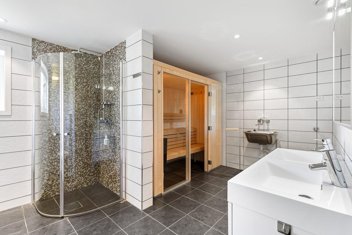 Bad i underetasje - Komplett flislagt med gulvvarme, dusjnisje og badstu