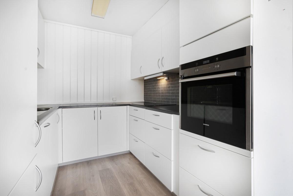 Moderne kjøkken med rikelig med skap og skuffer