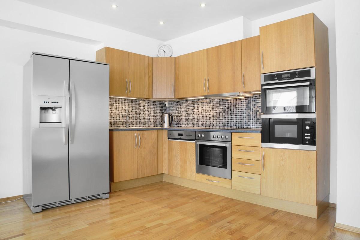 Kjøkkeninnredning med gode oppbevaringsmuligheter i over - og underskap.