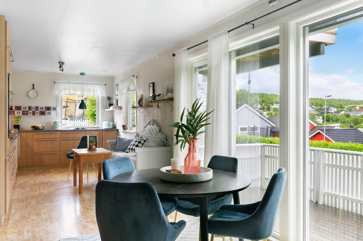Store vindusflater og utgang til stor vestvendt terrasse fra stue