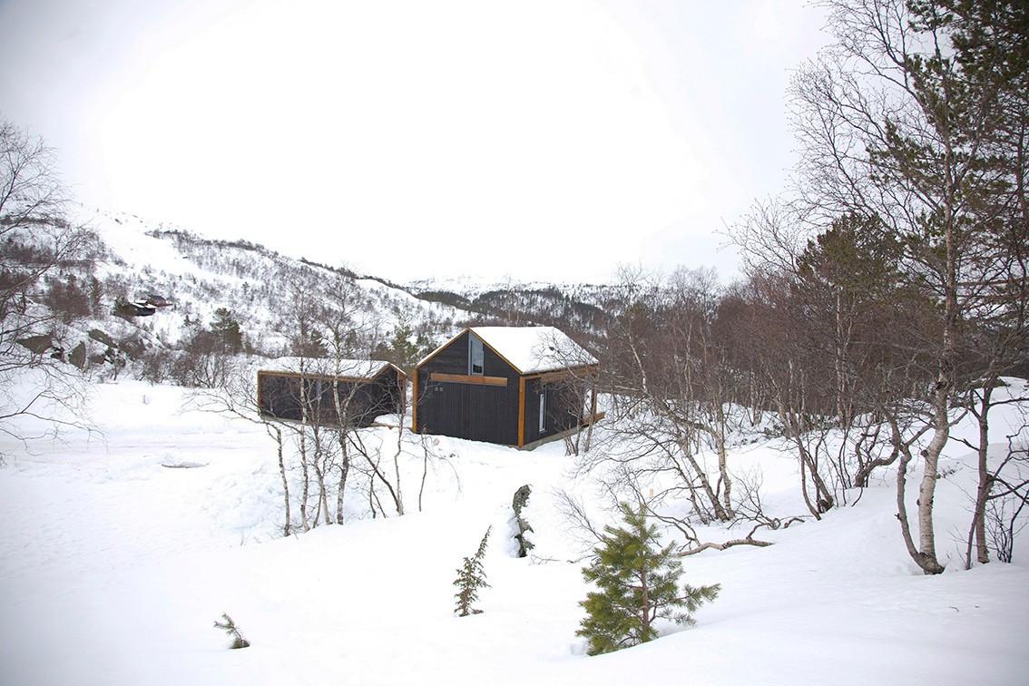 Bilde av en moderne hytte oppført i Hattevarden Hyttegrend - Her ser man hvor nært hyttene er alpinanlegget - Her kan du renne rett ned