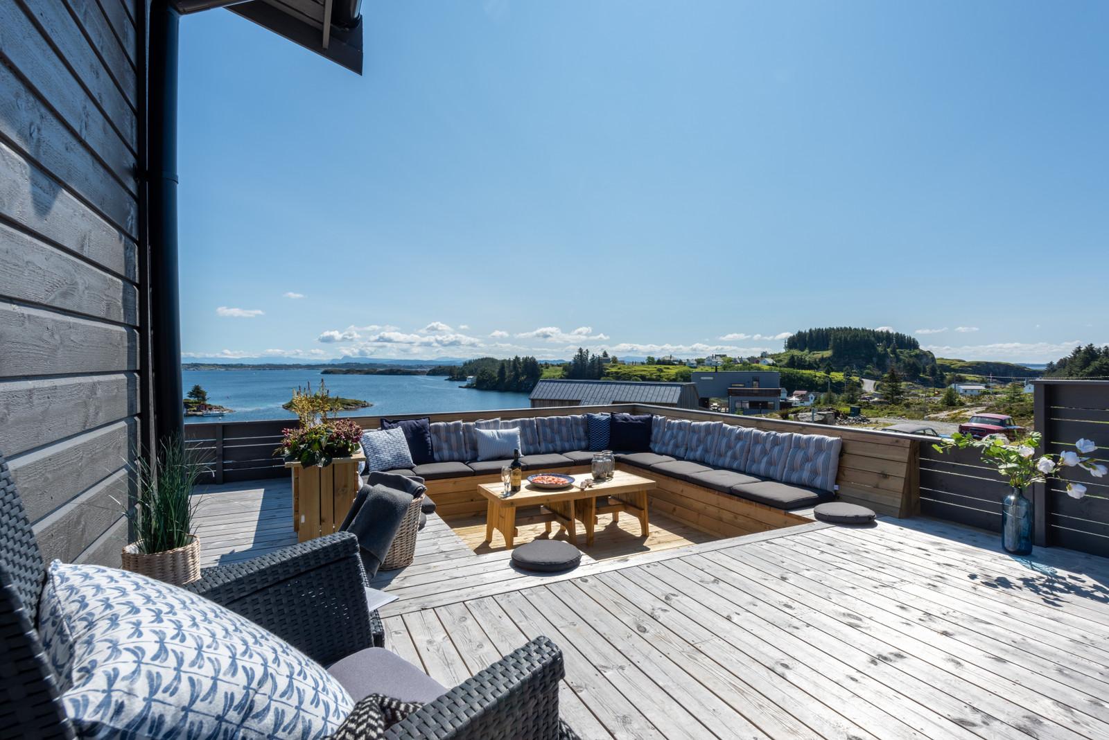 Nydelig utsikt fra den solrike terrassen med nedsenket sitteområde. Kun få uker ledig sommeren 2021!!!