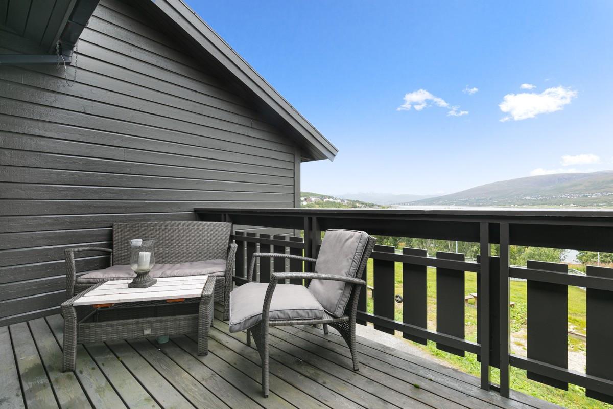 Utgang fra stue til vestvendt veranda med meget gode lys- og solforhold