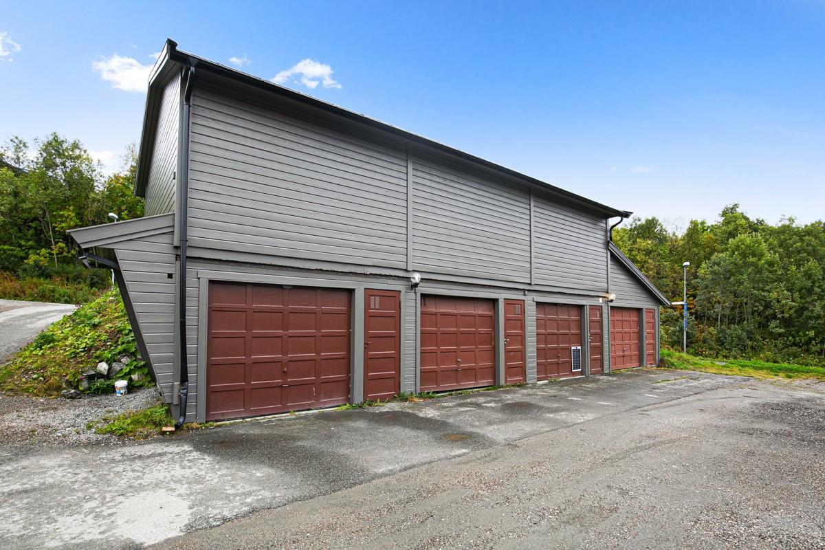 Leiligheten disponerer garasjeplass helt til høyre i anlegget, og har godt med lagringsplass også på skråloft i garasjen