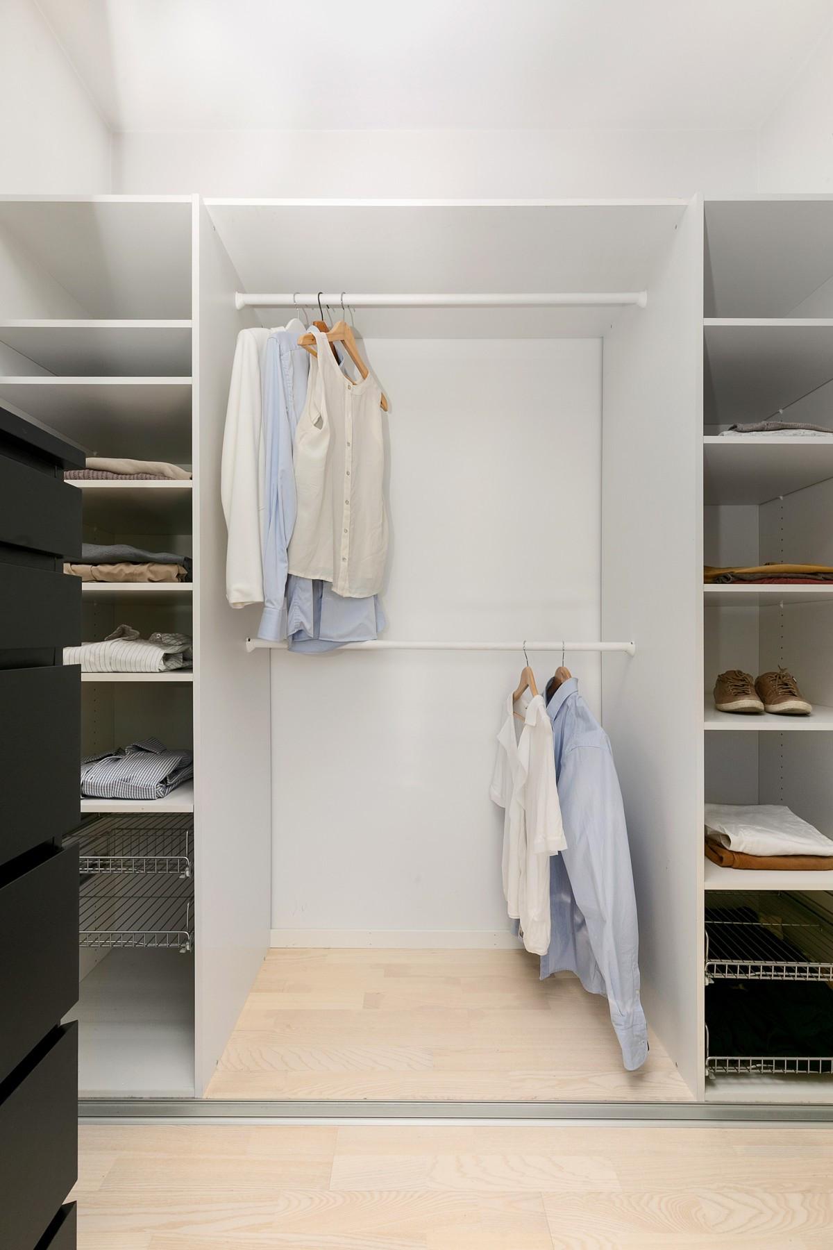 Walk-in closet gir god orden og rikelig med plass til oppbevaring