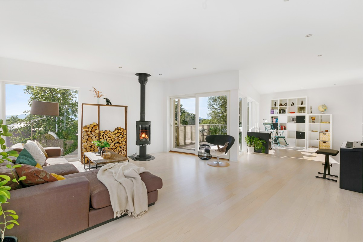 Lys og romslig stue med parkett på gulv