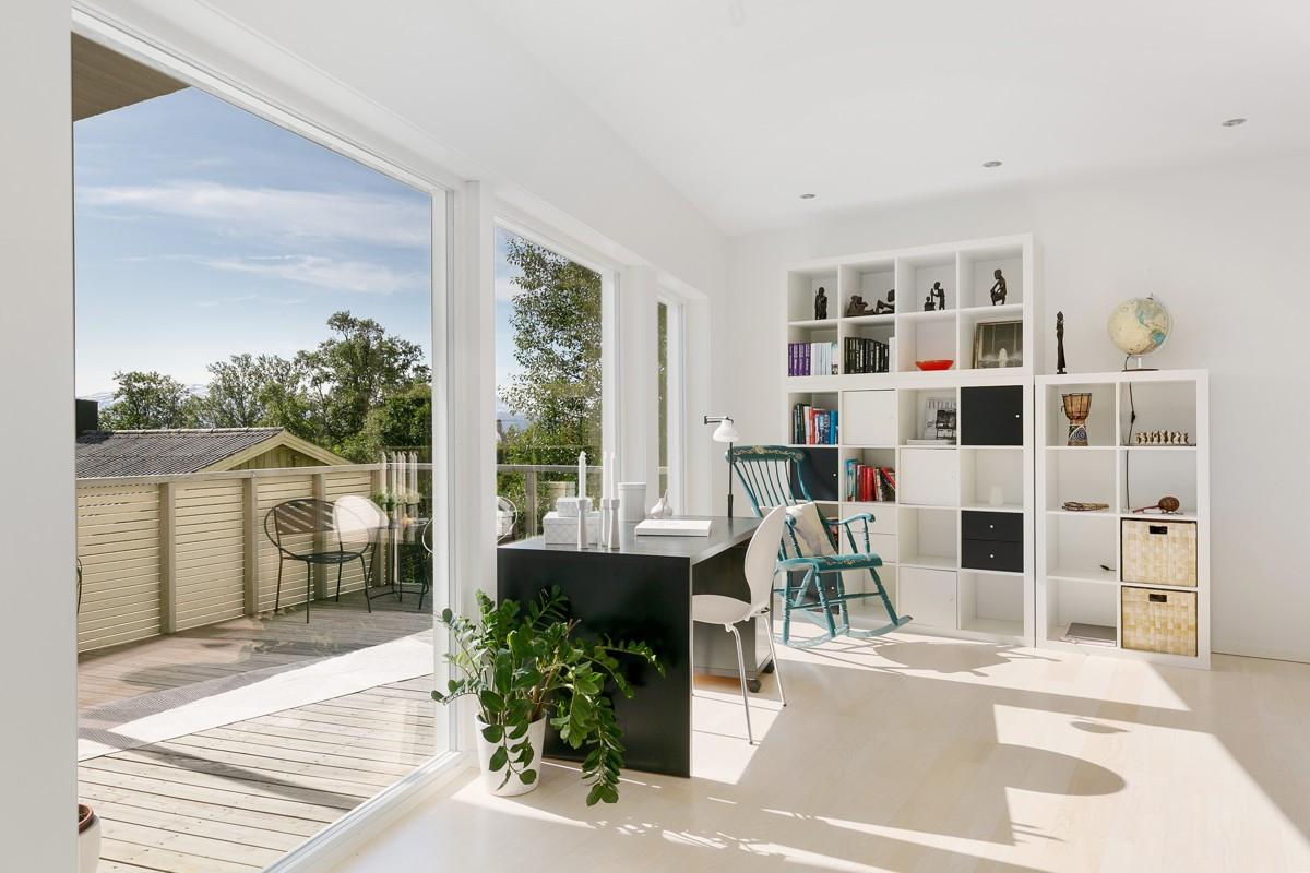 God plass i stue til flere sittearealer, kontor eller andre kreative løsninger