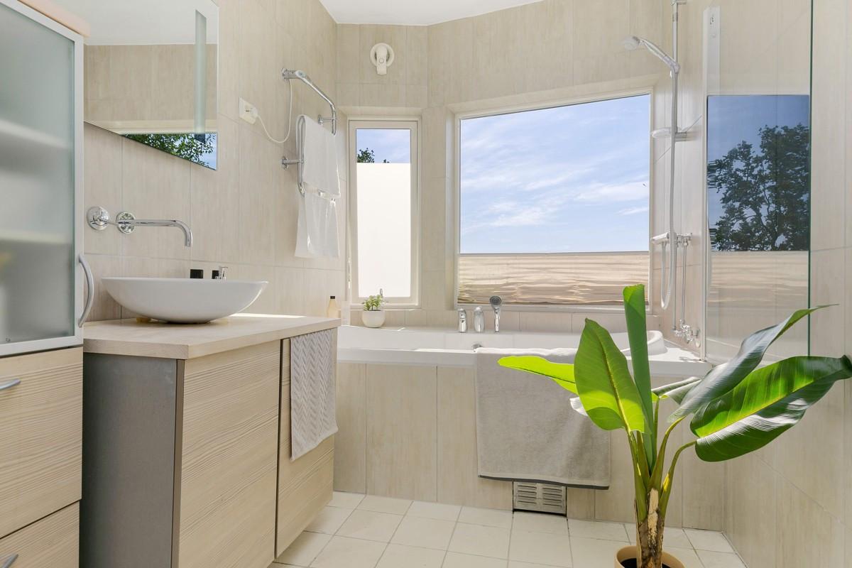 Bad er innredet med innfliset badekar med halv glassvegg, samt elektrisk håndkletørker
