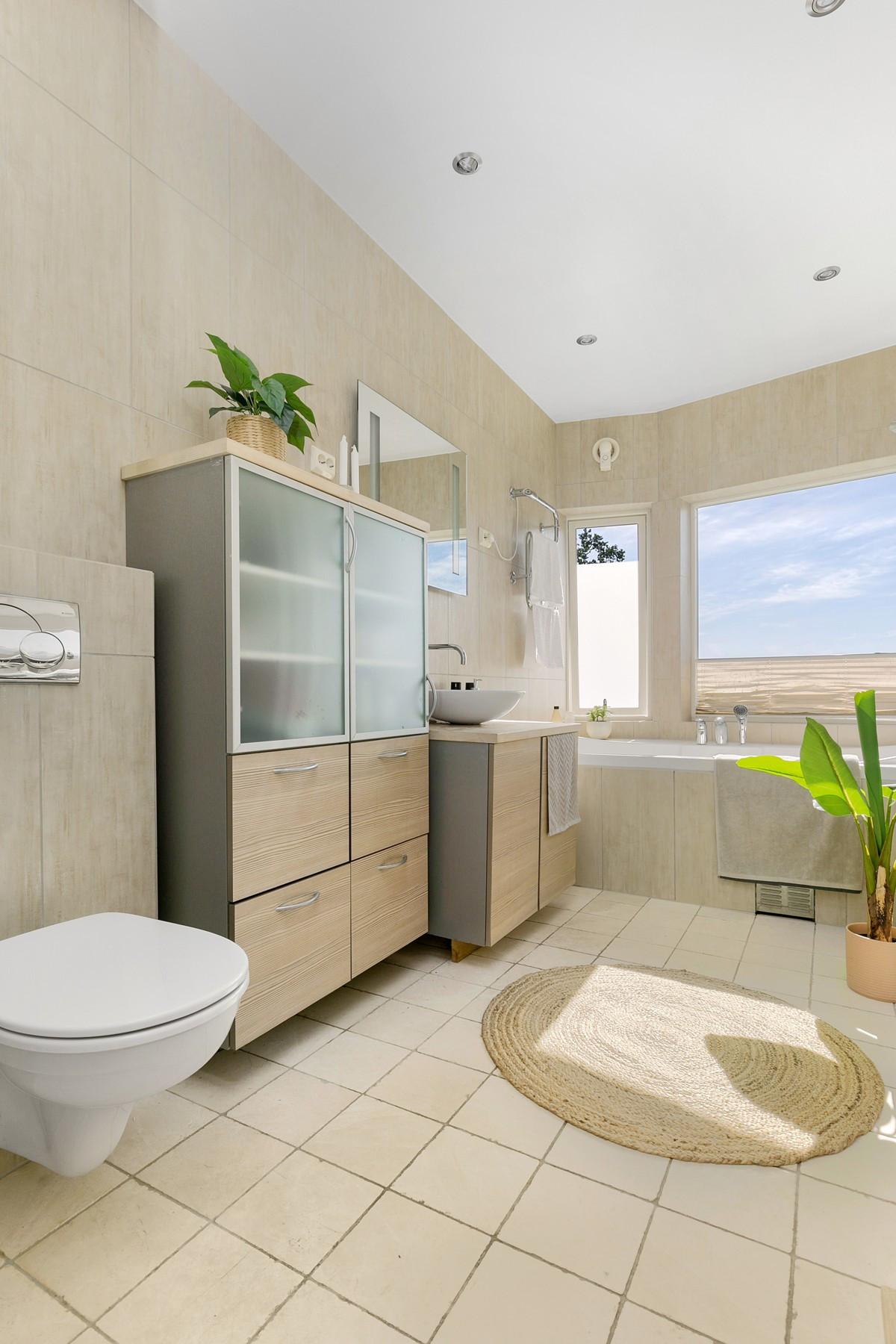 Badet er komplett fliselagt med gulvvarme